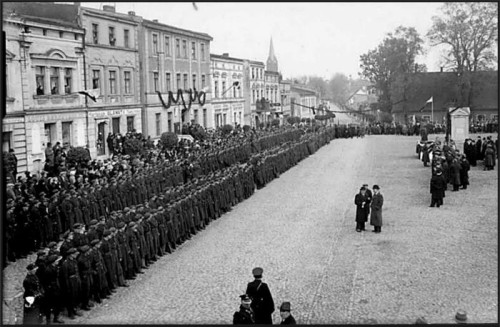 Wyzwolenie Więcborka przez Gen. J.Hallera i Armie Pomorze w 23. 01. 1920r i udostępnienie przez Jana Bracka własnego domu z girlandami na Urząd Miejski w Więcborku.