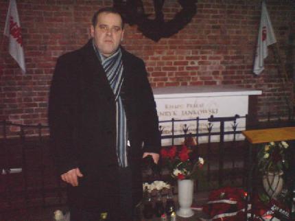 Wizyta na grobie Tomasz Bracka przy grobie kapelana solidarności Henryka Jankowskiego zniszczonego przez III RP.