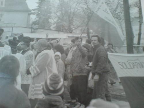 Demonstracja Solidarności w obronie wolności i praw człowieka na ulicach Więcborka w czasach komunizmu zorganizowana przez Tomasza Bracka w 1988 r. Na zdjęciu z flagą Solidarności Tomasz Bracka