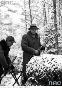 Prezydent Polski Ignacy Mościcki na polowaniu prezydenckim w więcborskich lasach