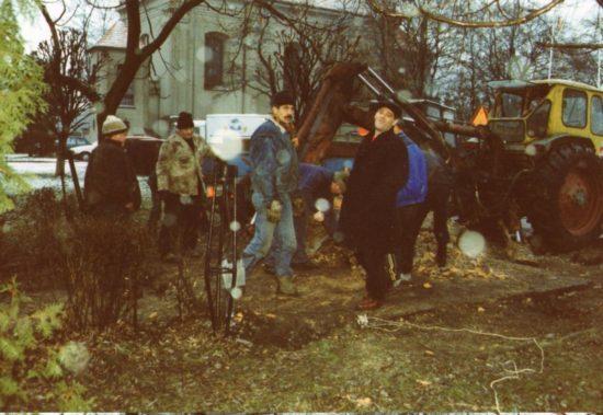 Usunięcie pomnika sowieckiego wWięcborku nafotografi pracownicy UM Więcbork iTomasz Bracka