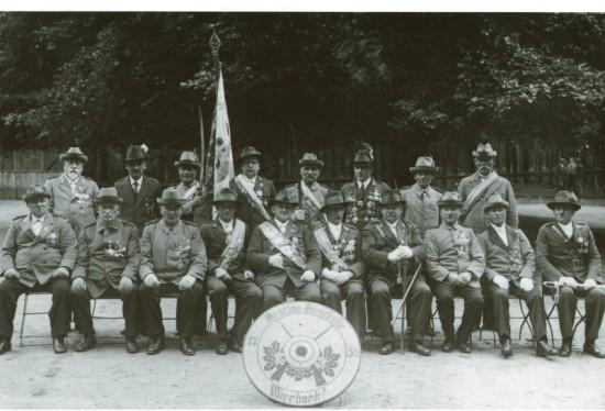 Kurkowe Bractwo Strzeleckie w Więcborku 80 lat temu po przekształceniu w stowarzyszenie co miało miejsce 03.12.1933r. Czwarty z lewej siedzący to założyciel i Prezes KBS Więcbork Jan Bracka