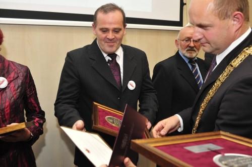 Wręczenie Medalu Marszałka Województwa Tomaszowi Bracka za walkie o wolność i niepodległość Polski i obronę praw człowieka w PRL i III RP Toruń 5 czerwca