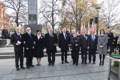Na zdjęciu Tomasz Bracka kawaler Krzyża Wolności i Solidarności z Wojewodą Ewa Mes i Edytą Cisewską, naczelnik Delegatury IPN w Bydgoszczy i innymi odznaczonymi w Bydgoszczy.