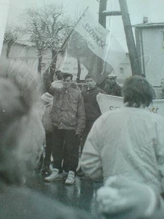 Demonstracja Solidarności w obronie wolności i praw człowieka na ulicach Więcborka w czasach komunizmu zorganizowana przez Tomasza Bracka w 1988r.