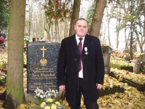 Tomasz Bracka w miejscu spoczynku Jana Bracka współtwórcy II RP