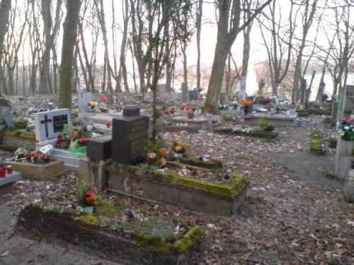 Nielegalne wysypiska śmieci przy cmentarzu parafialnym. foto Tomasz Bracka