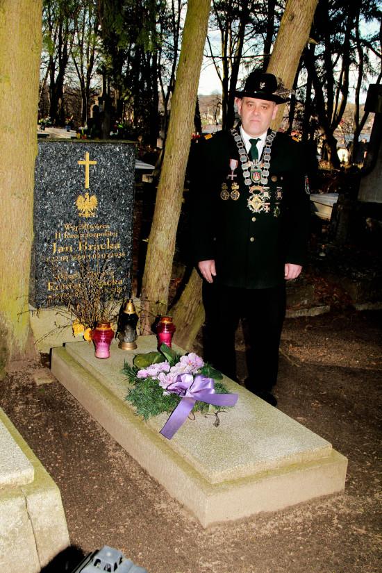 Król KBS Więcbork Tomasz Bracka przy grobie założyciela i prezesa KBS Więcbork Jana Bracka 04.04.2015r.