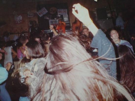Tłumy fanów na udanym koncercie zespołu Big -Cyc w lasku miejskim w Więcborku w 1996r. zorganizowany przez agencje artystyczną Tomasza Bracka