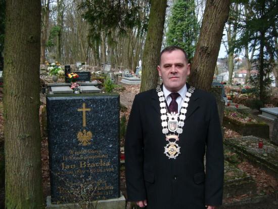 Prezes KBS Więcbork Tomasz Bracka przy grobie Prezesa KBS Więcbork Jana Bracka - 2015 r.
