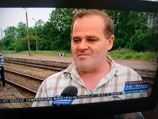 Na fotografii Tomasz Bracka wywiad dla TVB w sprawie przywrócenia przewozów pasażerskich i remontów na stacji PKP Więcbork. 28. 05. 2016 r.