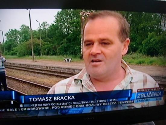 Na fotografii Tomasz Bracka wywiad dla TVB w sprawie przywrócenia przewozów pasażerskich i remontów na stacji PKP Więcbork. 28.05.2016r.