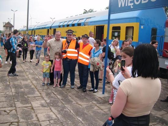 Rzesze podróżnych i mieszkańców Więcborka na stacji PKP Więcbork witało ponownie po 17, 16 pociąg pasażerski relacji Kcynia - Więcbork - Chojnice