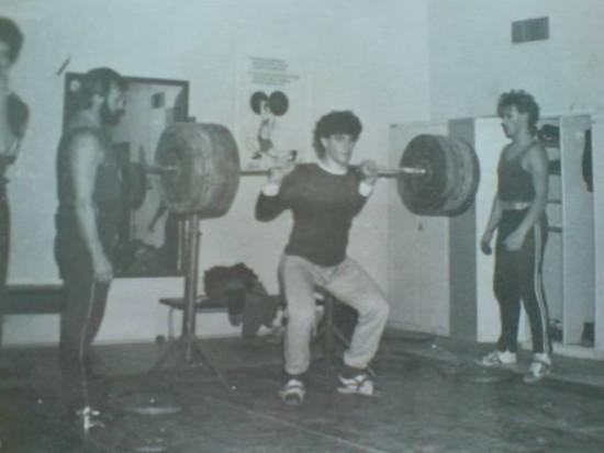 Tomasz Roman Bracka - podnoszenie ciężarów na sztandze ciężar o wadze 200 kg. Kadra na zgrupowaniu przed meczem Polska - Niemcy Frankfurt 1987 r.