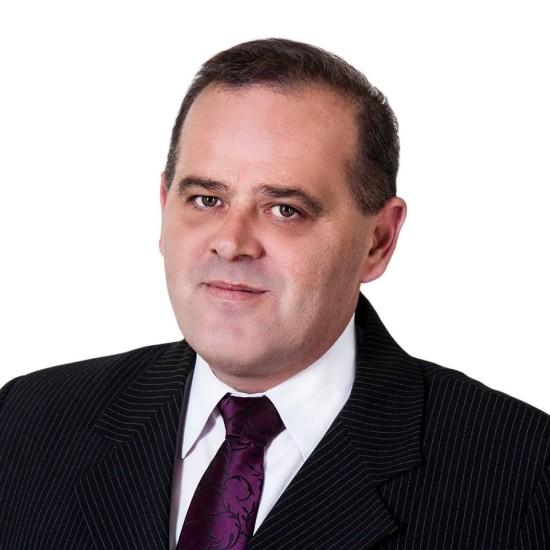 Tomasz Roman Bracka - Polityk - były opozycjonista antykomunistyczny w PRL, kandydat na Posła RP w 2015 r. z KWW Kukiz'15 - Kawaler Krzyża Wolności i Solidarności i wielu innych odznaczeń państwowych i regionalnych, wykształcenie pięć szkół w tym między innymi policealne w zawodzie - Technik Administracji, studia w trakcie. Wygrałem z sądowym bezprawiem III RP w Europejskim Trybunale Praw Człowieka w Strasburgu w 2015r. i wielokrotnie w SN, SA, SP, SO, SR jako prawnik, powód i pełnomocnik procesowy, na przestrzeni 15 lat mojej pracy w sądach RP i UE. Status kombatancki działacza opozycji antykomunistycznej od 2015 r. w Urzędzie d/s Kombatantów i Osób Represjonowanych w Warszawie. Producent artystyczny i reklamowy, wydawca i właściciel firmy PHU LORD - foto - 2015 r. studio W. Kunek http://www.tomaszbracka.eu