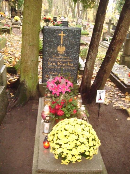 Miejsce spoczynku współtwórcy II RP Jana Bracka na cmentarzu parafialnym w Więcborku Miejscem Pamięci Narodowej RP. foto Tomasz Bracka