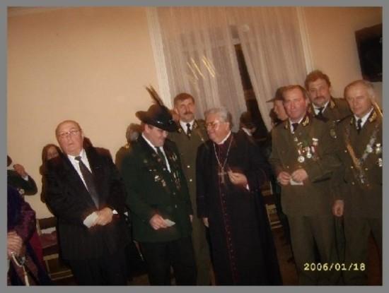 Prezes KBS Więcbork Tomasz Bracka Bracka z Biskupem Janem Tyrawą zamek w Grocholinie 2005 r.