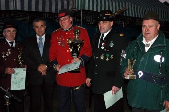Prezes KBS Więcbork Tomasz Bracka i Minister Rządu RP Wojciech Mojzesowicz z przybyłymi braćmi na strzelnicy w Więcborku