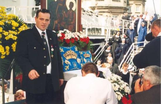 W przeddzień śmierci Ojciec Święty Jan Paweł II podarował Królowej Polski Matce Boskiej Częstochowskiej ostatni dar jakim są prezentowane na zdjęciu korony papieskie Jana Pawła II dla Królowej Polski na przypadające wówczas 350-lecie obrony Jasnej Góry Przed Szwedami . Miałem ten wielki zaszczyt znaleźć się 3 - Maja 2005 r. na Jasnej Górze przed obliczem Królowej Polski na honorowej warcie obok zaprezentowanych tego dnia koron Papieskich Ojca Świętego Jana Pawła II dla Królowej Polski, co prezentuje na zdjęciu pozdrawiam prezes 285 letniego KBS Więcbork Tomasz Bracka