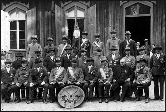 W środku przy tarczy prezes 285 letniego Kurkowego Bractwa Strzeleckiego w Więcborku Jan Bracka z braćmi w 1933 r. przed siedziba bracką w lasku miejskim w Więcborku.