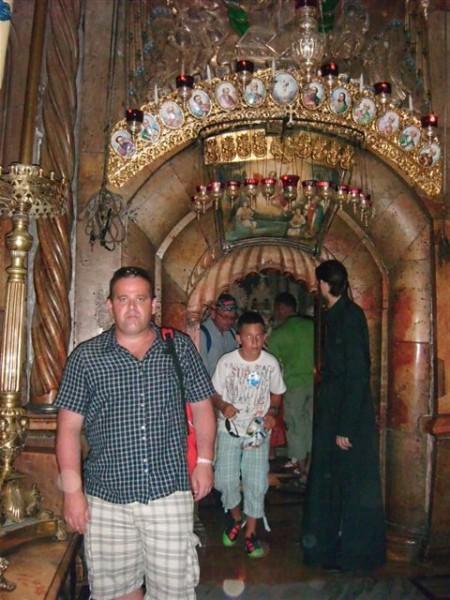 Tomasz Bracka w miejscu zmartwychwstania Jezusa Chrystusa w Jerusalem – Izrael