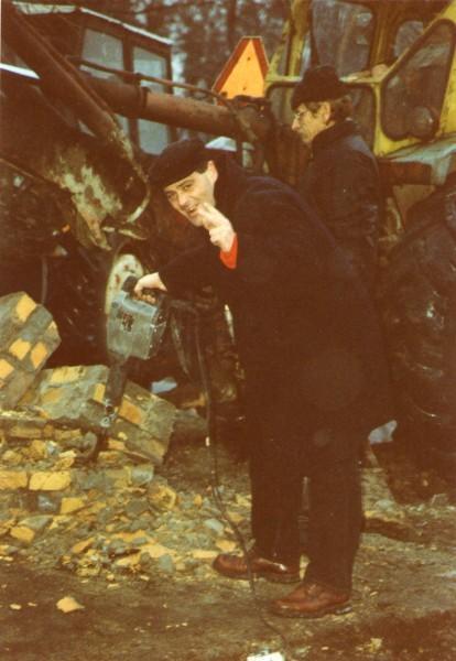 Usuniecie pomnika sowieckiego na więcborskim Rynku z młotem w ręku Tomasz Bracka.