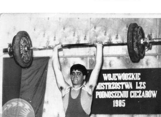 Na pomoście opozycjonista antykomunistyczny i sportowiec Tomasz Roman Bracka na Mistrzostwa Województwa Bydgoskiego w Podnoszeniu Ciężarów w 1985 roku ciężar na sztandze niecałe 100 kg i tytuł mistrza województwa !!!