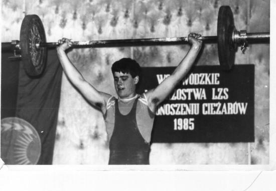 Na pomoście opozycjonista antykomunistyczny i sportowiec Tomasz Roman Bracka na Mistrzostwa Województwa Bydgoskiego w Podnoszeniu Ciężarów w 1985 roku ciężar na sztandze niecałe 80 kg i tytuł mistrza województwa !!!
