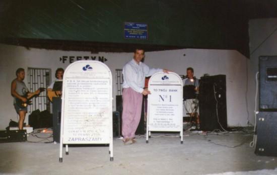 Na zdjęciu Tomasz Roman Bracka podczas jednego z kilkudziesięciu festynów i zabaw plenerowych w lasku miejskim w Więcborku jaki zorganizowałem nieodpłatnie dla mieszkańców Więcborka i turystów w latach 90 - tych minionego stulecia. Tomasz Roman Bracka