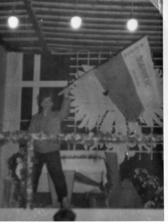 Demonstracja Solidarności w obronie wolności i praw człowieka na ulicach Więcborka w czasach PRL i komunizmu zorganizowana przez Tomasza Bracka w Więcborku w PRL. Na zdjęciu z flagą Solidarności Tomasz Roman Bracka