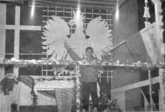 Demonstracja Solidarności w obronie wolności i praw człowieka na ulicach Więcborka w czasach komunizmu zorganizowana przez Tomasza Bracka w 1988 r. N zdjęciu z flagą Solidarności Tomasz Bracka działacz opozycji antykomunistycznej Solidarności, Federacji Młodzieży Walczącej i WiP.