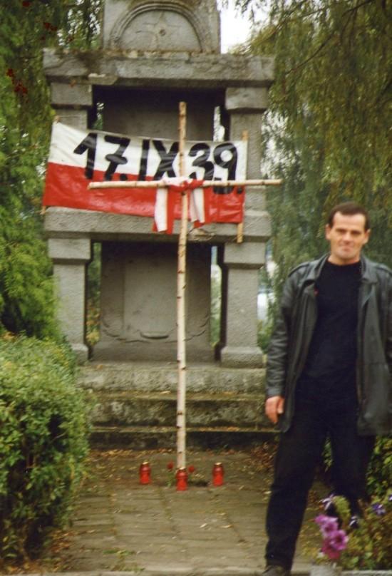 Na zdjęciu Tomasz Roman Bracka podczas demonstracji antykomunistycznej w Więcborku w czasach PRL którą organizowałem cyklicznie w rocznicę najazdu sowieckiego na Polskę 17. 09. 1939 r. aż ten sowiecki pomnik który spaliłem z działaczami Solidarności i FMW Więcbork w 1987 r. odrąbując mu czerwone gwiazdy, został usunięty z mojej inicjatywy na początku lat 90 - tych minionego stulecia !!!