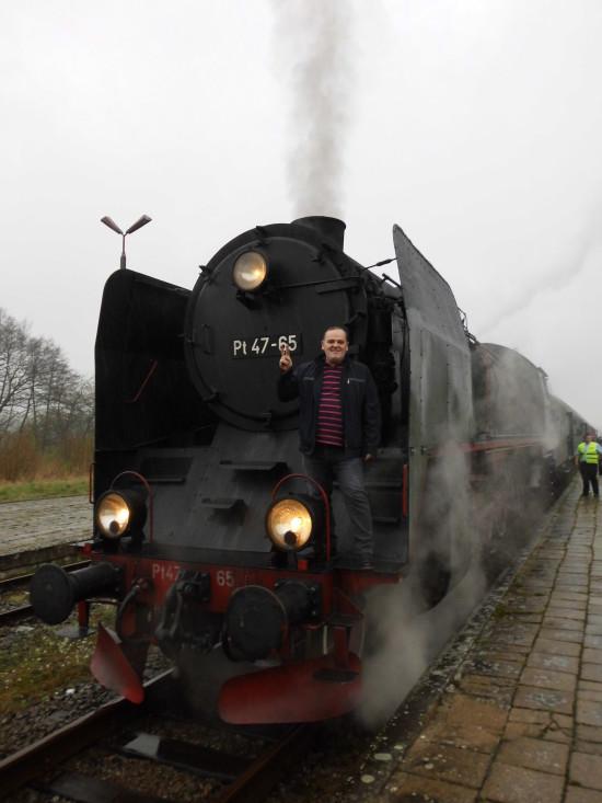 Pociąg pasażerski retro z stylowym parowozem widoczny na zdjęciu wjechał dziś planowo 16. 04. 2018 r. o godz. 13,20 na 131 letnią stacje PKP Więcbork i o godz. 13,35 odjechał planowo z stacji PKP Więcbork do Poznania. Więcbork 16 kwiecień 2018 r. - foto - Tomasz Roman Bracka