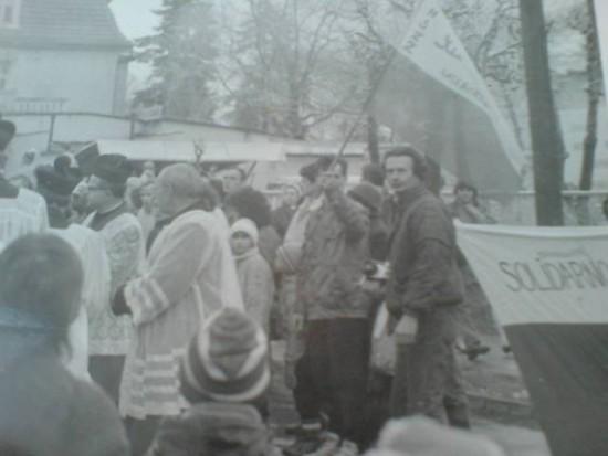 Na zdjęciu opozycjonista antykomunistyczny FMW i działacz zdelegalizowanej Solidarności w PRL Tomasz Roman Bracka, podczas demonstracji Solidarności i FMW w obronie wolności i praw człowieka na ulicach Więcborka w czasach PRL i komunizmu Demonstracja została organizowana w latach 80 - tych minionego stulecia przeze mnie Tomasza Romana Bracka