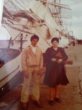 Tomasz Roman Bracka z Mamą w zeszłym stuleciu w Gdyni. przy Darze Młodzieży, który za chwilę wyruszy do okoła świata !