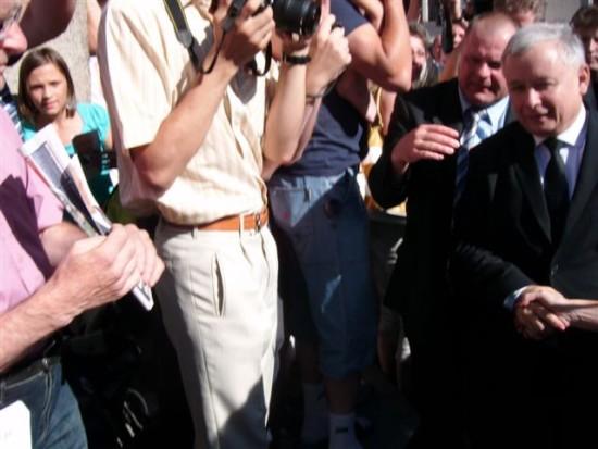 Koniec kampanii prezydenckiej Prezesa Jarosława Kaczyńskiego w Nakle n/Not 02. 07 2010 r. na zdjęciu Prezes Jarosław Kaczyński po wprowadzenia Prezesa na scenę w którym wziąłem udział z Ministrem RP Mojzesowiczem i Jackiem Kurskim oraz innymi politykami PiS. foto Tomasz Roman Bracka