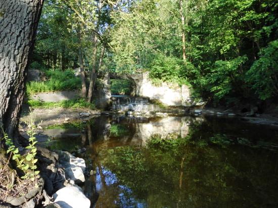 Rozpoczął się remont zabytkowego wodospadu w Runowie Młyn na rzece Orla, przejazd przez wodospad został zamknięty do zakończenia remontu - foto Tomasz Roman Bracka