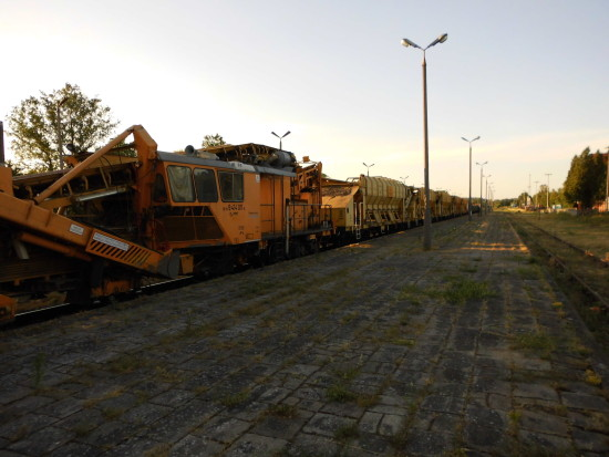 Właśnie zaczęła się wywalczona przeze mnie rewitalizacja LK 281 na Magistrali Kolejowej Portowej BiS Północ Południe na LK 281 kat A !!! Setki ton sprzętu już jest wjechało na dwa tory stacji węzłowej PKP Więcbork !!! foto Tomasz Roman Bracka