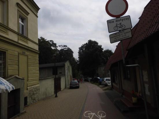 Kolejna atrakcja turystyczna Więcborka czyli bezprawne zastawianie bram i parkowanie na promenadzie - foto Tomasz Roman Bracka