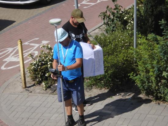 W trakcie dokonywanych właśnie pomiarów geodezyjnych okazało się, że władze miasta Więcbork przekazały PSG nieaktualne mapy ulic Więcborka - foto Tomasz Roman Bracka