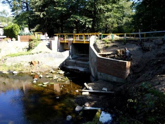 Most z wodospadem w Runowie Runowie Młyn remontowany - foto Tomasz Roman Bracka