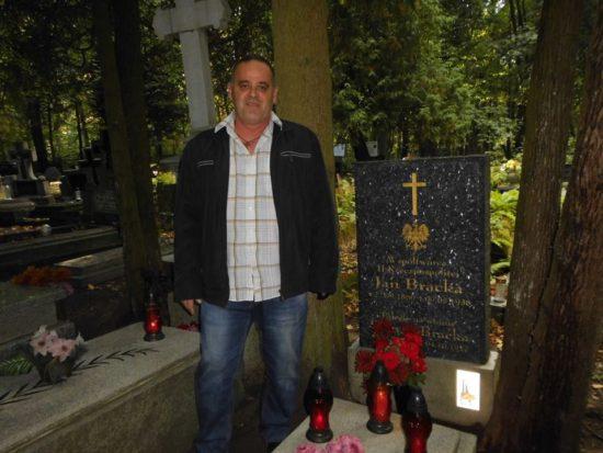 Dziś mija 149 rocznica urodzin mojego pradziadka śp. † Jana Bracka, którego odwiedziłem dziś z mamą w miejscu jego spoczynku na cmentarzu parafialnym w Więcborku, Współtwórca II RP Jan Bracka jeden z najwybitniejszych mieszkańców Więcborka roku jubileuszowego 100 – lecia odzyskania przez Polskę Niepodległości 1918 – 2018 r. !!! Jan Bracka ur. 22. 08. 1869 r. zmarł † 09. 05. 1938 r. w Więcborku obywatel Polski narodowości polskiej wyznania rzymskokatolickiego syn Anny i Wojciecha Bracka. Dwukrotnie żonaty, pierwsza żona Albertyna Niemczyk, druga Franciszka Sauermann, ojciec sześciorga dzieci. Piłsudczyk i legionista współtwórca II RP w 1920 r. po powrocie Więcborka do Polski na mocy Traktatu Wersalskiego z 1919 r. udostępnił własne domy władzom odrodzonej Rzeczypospolitej na siedzibę Urzędu Miejskiego w Więcborku i Poczty Polskiej. Jan Bracka to filantrop, polityk polski, milioner najbogatszy mieszkaniec Więcborka w II RP okradziony przez komunistów z PRL, kupiec, przedsiębiorca, handlowiec, ziemianin, rentier, restaurator, kawaler najwyższych odznaczeń brackich i państwowych RP. Radny Miejski Więcborka pierwszej kadencji w II RP, członek Zarządu Miejskiego w Więcborku w II RP od 1923 r. do samej śmierci. Członek Bezpartyjnego Bloku Współpracy z Rządem Józefa Piłsudskiego. Od 3 grudnia 1933 r. do samej śmierci prezes i założyciel i król 85 letniego Stowarzyszenia Kurkowe Bractwo Strzeleckie w Więcborku. Założyciel i Sekretarz Towarzystwa Gimnastycznego Sokół w Więcborku. Założyciel i członek Towarzystwa Samodzielnych Kupców Polskich w Więcborku. Członek i założyciel organizacji religijnych rzymskokatolickich w Więcborku oraz wielki filantrop i darczyńca w tym na rzecz przebudowy kościoła katolickiego w Więcborku w 1937 roku. Natomiast w oryginalnej kronice 285 letniego KBS Więcbork zachowały się oryginalne rękopisy pradziadka Jana Bracka prezesa KBS Więcbork z korespondencji Jana Bracka z Marszałkiem Polski Józefem Piłsudskim, z którym był zaprzyjaźniony i którego go