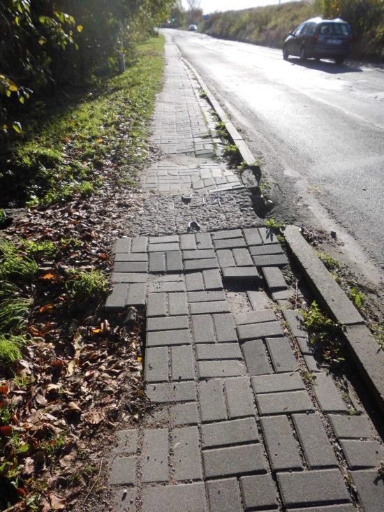 Ulica Dworcowa droga kategorii gminnej gminy Więcbork nr drogi 020706C od 15 lat zagraża zdrowiu i życiu pieszych i kierowców i powinna zostać zamknięta natychmiast - foto Tomasz Roman Bracka