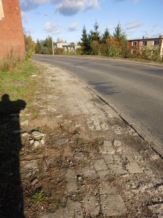 Ulica Dworcowa droga kategorii gminnej gminy Więcbork nrdrogi 020706C od15 lat zagraża zdrowiu iżyciu pieszych ikierowców ipowinna zostać zamknięta natychmiast brak tam też przejść dla pieszych - foto Tomasz Roman Bracka