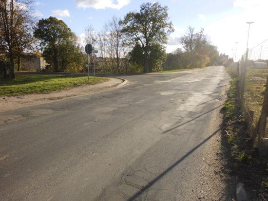 Ulica Dworcowa droga kategorii gminnej gminy Więcbork nr drogi 020706C od 15 lat zagraża zdrowiu i życiu pieszych i kierowców i powinna zostać zamknięta natychmiast brak tam też przejść dla pieszych - foto Tomasz Roman Bracka