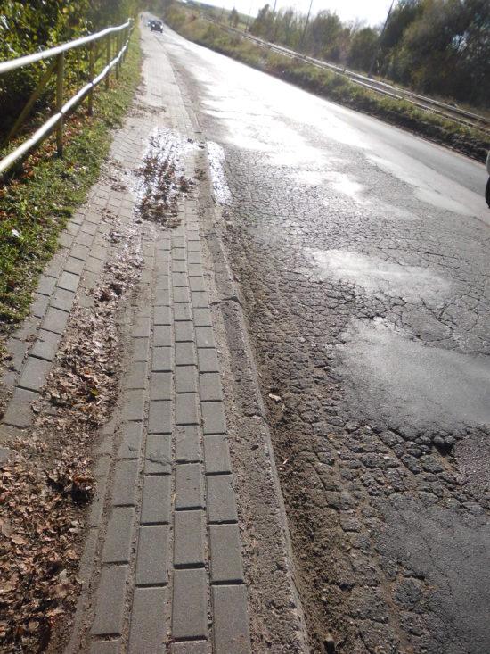 Ulica Dworcowa droga kategorii gminnej gminy Więcbork od 15 lat zagraża zdrowiu i życiu pieszych i kierowców i powinna zostać zamknięta natychmiast - foto Tomasz Roman Bracka