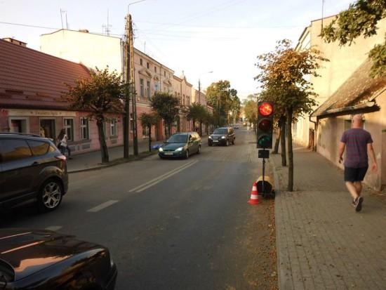 Ulica. Mickiewicza w Więcborku z sypiącymi się półwiecznymi drewnianymi i betonowymi słupami oświetleniowymi Enea - foto Tomasz Roman Bracka