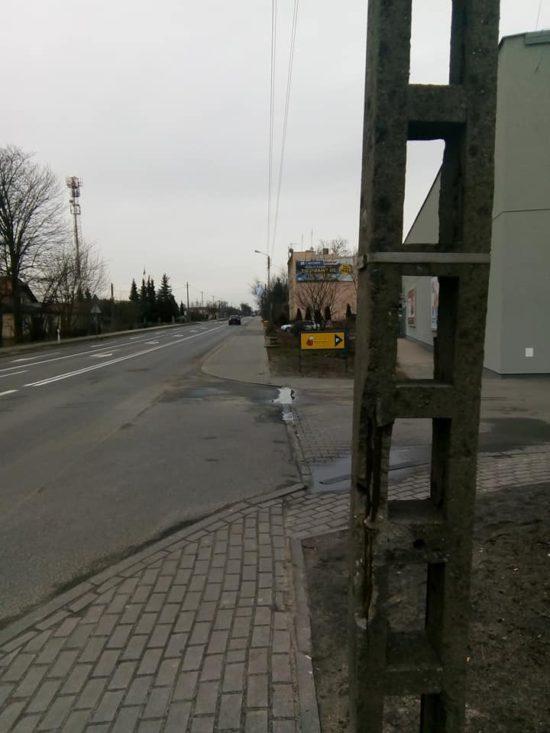 Ulica. Gdańska w Więcborku z sypiącymi się półwiecznymi betonowymi słupami oświetleniowymi Enea - foto Tomasz Roman Bracka