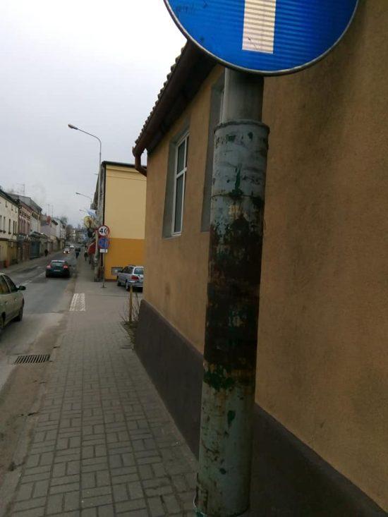 Ulica. Gen. J. Hallera w Więcborku z sypiącymi się skorodowanymi półwiecznymi słupami oświetleniowymi Enea - foto Tomasz Roman Bracka