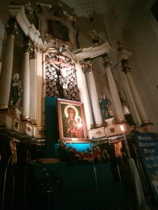 Trwa całodobowa adoracja Królowej Polski w więcborskim kościele